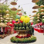 Du khách 'choáng' với mâm ngũ quả khổng lồ ở chợ Tết cuối năm