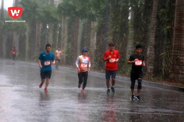 Hàng ngàn runner bất chấp mưa gió tranh tài tại Ecopark Marathon